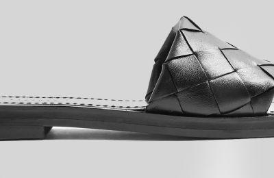 Μαύρες woven παντόφλες €57 από Topshop