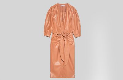 Faux leather φόρεμα με ζώνη €69.95 από Zara