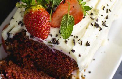 Red velvet κέικ Αγίου Βαλεντίνου με γλάσο cream cheese