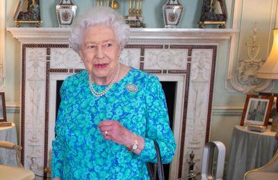 Στην πρώτη εμφάνιση μετά την καραντίνα, η βασίλισσα ποζάρει πάνω σε πόνυ