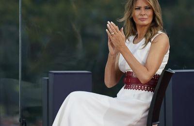 """""""Κάποιος να πάρει τον μαρκαδόρο από τον Donald Trump! Σχεδιάζει στο φόρεμα της Melania"""""""