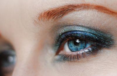 Με βάση το χρώμα των ματιών σας, αυτό είναι το eyeliner που σας ταιριάζει