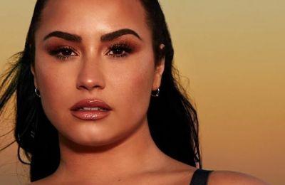 H Demi Lovato με τo πιο cool nail art του καλοκαιριού