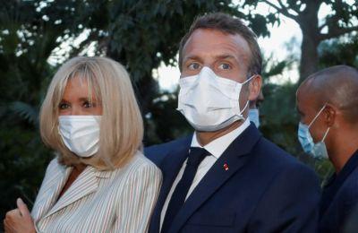 Το ζεύγος Macron σε μια σπάνια τρυφερή στιγμή