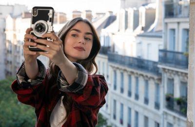 ''Emily in Paris'': Μαζεμένα στερεότυπα σε ένα ρομαντικό sitcom στο Παρίσι