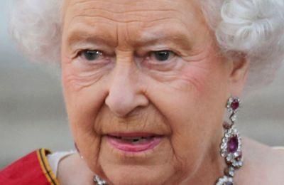 Η βασίλισσα Ελισάβετ ποζάρει με τα κοσμήματα που της έκανε δώρο ο πατέρα της