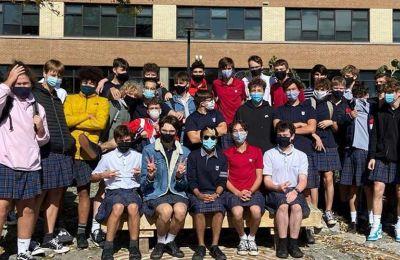 100 αγόρια πάνε στο σχολείο με φούστα διαμαρτυρόμενοι