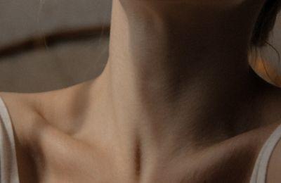 Η σημαντικότητα της περιποίησης του λαιμού και πώς να την επιχειρήσετε