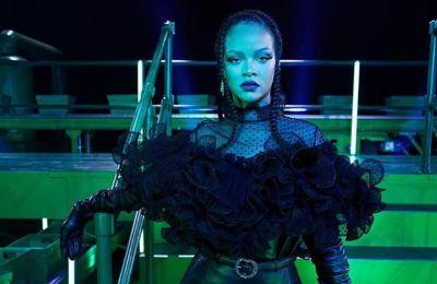 Οk, η Rihanna φόρεσε τα μάλλον πιο «άσχημα» παπούτσια του έτους