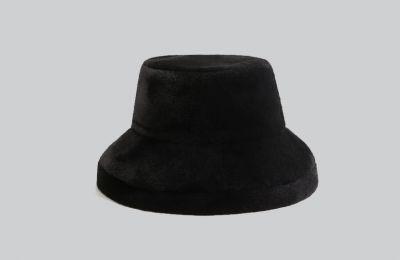 Βελουτέ καπέλο €15.99 από Mango