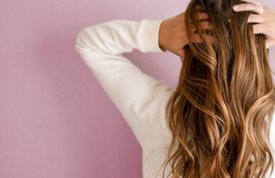 4 τρόποι για να μειώσετε τη λιπαρότητα των μαλλιών σας