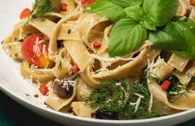 Εσύ έχεις δοκιμάσει μακαρονάδα με φρέσκα βότανα κήπου, ελιές και παρμεζάνα;