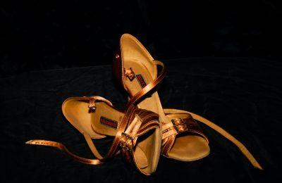 Τα χρυσά πέδιλα που άλλαξαν χρώμα
