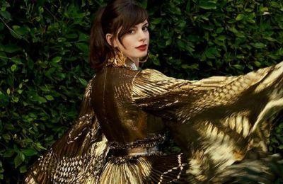 Η Anne Hathaway έφερε το red carpet σπίτι της με 3 φανταστικά φορέματα