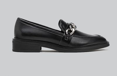 Loafers με αλυσίδα €25.99 από Stradivarius