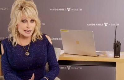 Η Dolly Parton εμβολιάστηκε τραγουδώντας και έγινε viral
