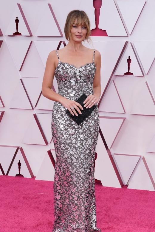 H Margot Robbie