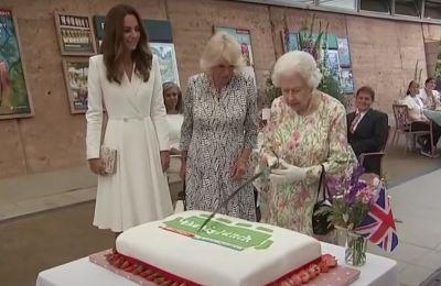 H βασίλισσα Ελισάβετ κόβει τούρτα με ένα σπαθί, στο viral βίντεο των ημερών