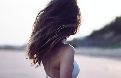 Το φυσικό προϊόν που θα σας απαλλάξει από τα αφυδατωμένα μαλλιά