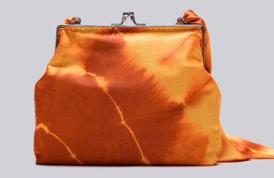 Σατέν tie dye τσαντάκι €39.95 από Zara