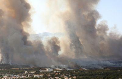 O ''Ρώσος γίγαντας'' μάχεται με τις φλόγες στην Βαρυμπόμπη
