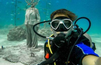 Ένας Κύπριος μάς παρουσιάζει το υποβρύχιο μουσείο της Αγίας Νάπας