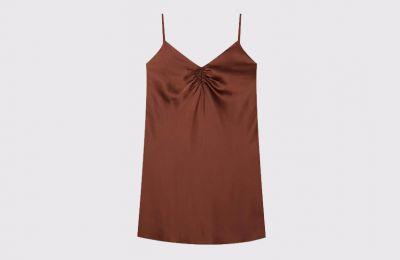 Καφέ lingerie φόρεμα με σούρες €19.99 από Stradivarius