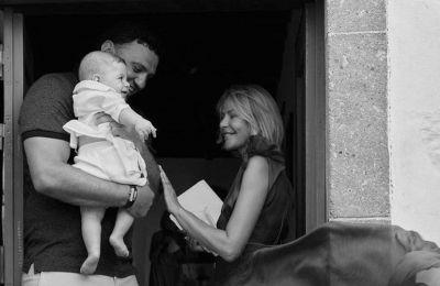 Για βόλτα η Tζένη Μπαλατσινού και ο Βασίλης Κικίλιας με τον 9 μηνών γιό τους