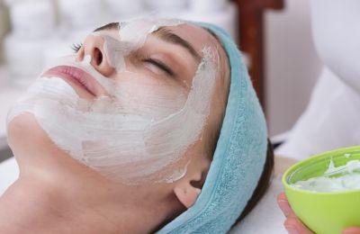 Μειώστε τους πόρους σας με μια σπιτική μάσκα προσώπου
