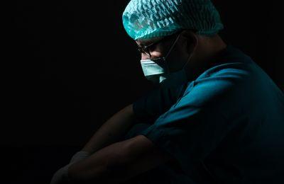 Ψηλά οι θάνατοι, υποχωρούν κρούσματα και νοσηλείες