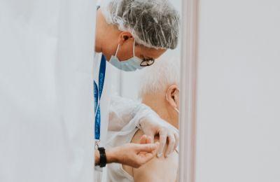 Αρχίζει ο εμβολιασμός τρίτης δόσης στα walk-in για τους 86 ετών και άνω