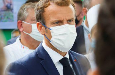 Διαδηλωτής έριξε με... σφεντόνα βραστό αυγό στον Emmanuel Macron