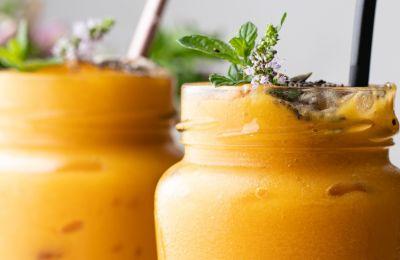 Πρέπει να δοκιμάσεις αυτό το smoothie με καρότο, κουρκούμη και μάνγκο
