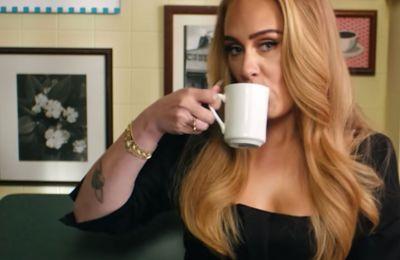 Η Adele τρώει 12 βρετανικά πιάτα με κλειστά τα μάτια και είναι must watch